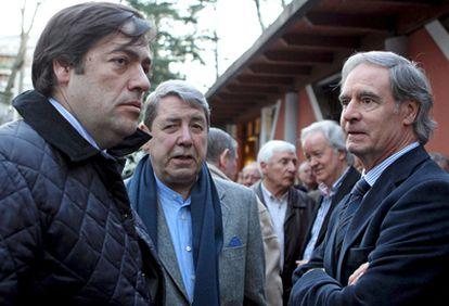 El presidente del Athletic, Fernando García Macua junto al expresidente José María Arrate y al exjugador Txetxu Rojo en el funeral de Aranguren en Portugalete.