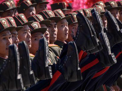 Soldados norcoreanos durante un desfile militar en 2018