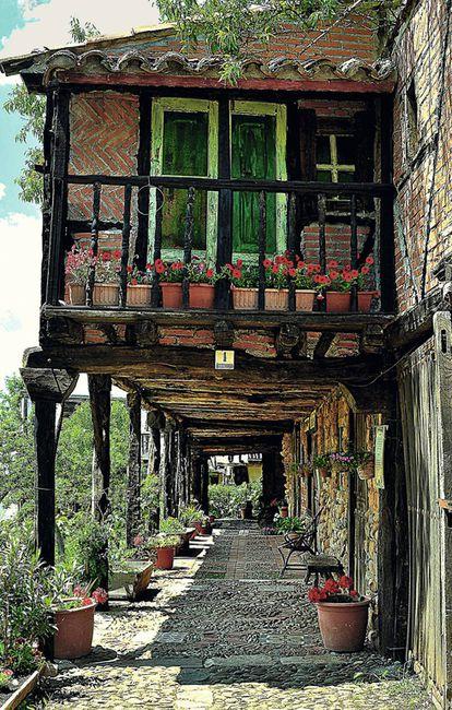 Soportales de casas típicas castellanas en Territorio Artlanza, la aldea burgalesa construida por Félix Yáñez a lo largo de 10 años.