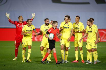 Los jugadores del Villarreal protestan a Hernández Hernández durante el duelo ante el Madrid.
