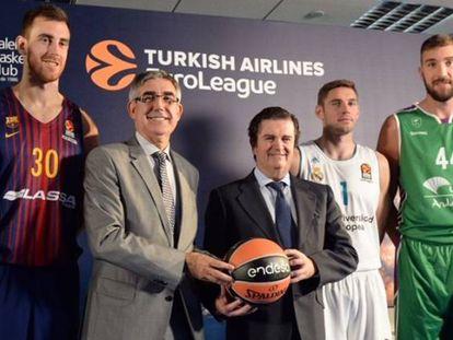 Jordi Bertomeu y Borja Prado, presidentes de la Euroliga y Endesa, junto a los jugadores de Baskonia, Barça, Madrid, Unicaja y Valencia