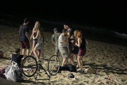 En la imagen, varias personas en la playa de la Barceloneta durante la noche del 3 de julio.