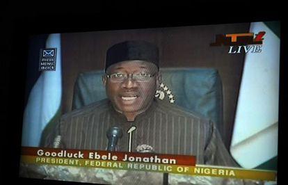Jonathan anuncia la declaración del estado de emergencia por televisión.