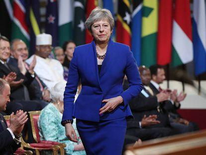 Theresa May, ante algunas banderas de la Commonwealth.