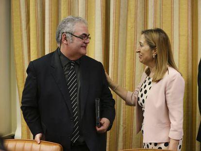 Feliu-Joan Guillaumes, presidente de la comisión de investigación del Alvia, y Ana Pastor, presidenta de la Cámara.