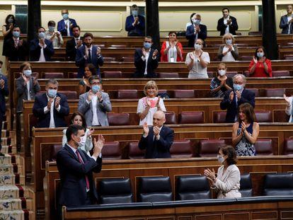 Pedro Sánchez es recibido este miércoles entre aplausos del PSOE y Podemos en el Congreso.