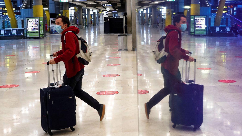 Un pasajero cruza una de las salas del aeropuerto Adolfo Suárez Madrid-Barajas, el pasado febrero.