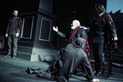 Mario Gas, en el centro, en un ensayo general de 'Julio César' en el Matadero.