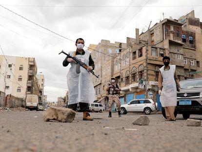 Fuerzas de seguridad garantizando la cuarentena en Saná, Yemen, el pasado 6 de mayo.