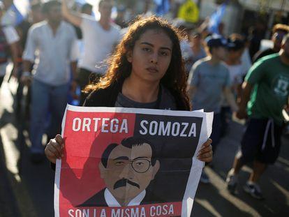Una mujer con una pancarta contra Daniel Ortega durante una protesta en Managua (Nicaragua).