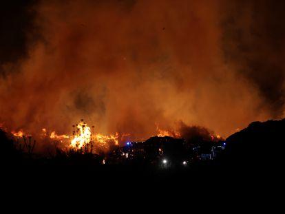 Vista del incendio de ramas y restos de vegetación en la fábrica de compostaje en San Sebastián de los Reyes.