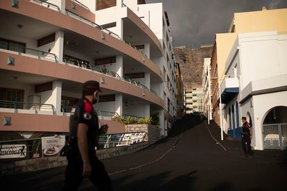 Policías canarios hacen ronda en una zona desalojada de Puerto Naos, en La Palma.