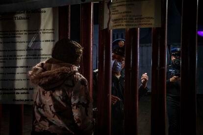 Familiares de víctimas del accidente del metro piden información sobre los heridos en el Hospital General Tláhuac.