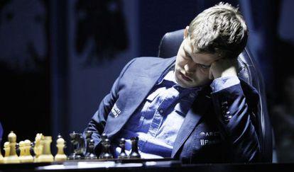 Carlsen, el martes, en la partida contra Anand.