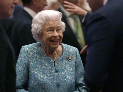 La reina Isabel II con Boris Johnson, a la izquierda, durante una recepción celebrada en el castillo de Windsor, el martes.
