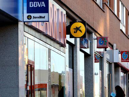 Varias sucursales de diferentes bancos en una calle de Madrid.
