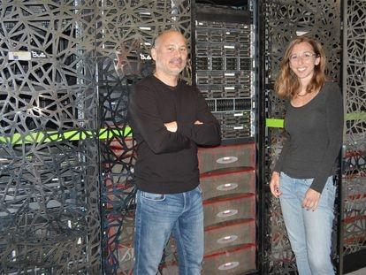 Sergi Beltrán y Leslie Matalonga posan frente al superordenador del Centro Nacional de Análisis Genómico (CNAG).