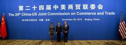 El viceprimer ministro chino, Wang Yang (c), la secretaria de comercio de Estados Unidos Penny Pritzker (i) y el representante de comercio de Estados Unidos, Michale Froman (d) posan hoy antes de la inauguración de la XXIV Sesión de la Comisión Conjunta China-EEUU de Comercio y Negocios en Pekín (China).