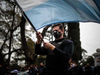 Policías protestan frente a la Quinta Presidencial de Olivos, en Buenos Aires.