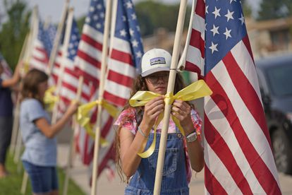 Banderas estadounidenses ante la casa de uno de los militares muertos en el atentado de Kabul, este viernes en Sandy (Utah).