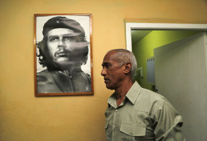 Hildebrando Chaviano, con una imagen del Che Guevara.