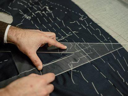Los hilvanes que fijan la entretela al tejido durante el proceso de cosido y que luego se eliminan, en la sastrería Serna (Madrid).