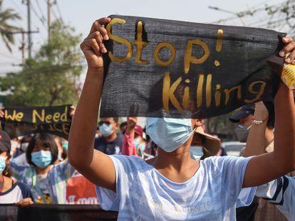 Manifestantes sostienen pancartas durante una protesta contra el golpe militar en Mandalay, Myanmar, el pasado 11 de abril.