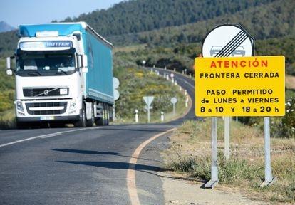 Un camión se aproxima a un punto fronterizo entre Portugal y España, en la localidad cacereña de Zarza la Mayor el 5 de abril.
