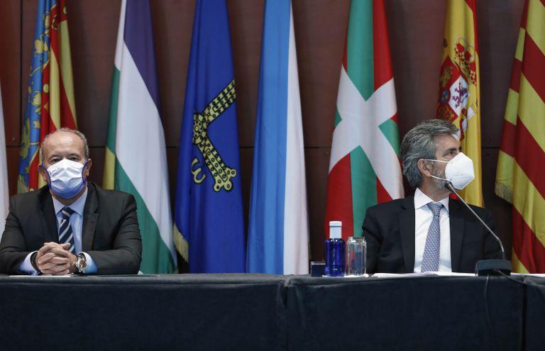 El ministro de Justicia, Juan Carlos Campo, y el presidente del Consejo General del Poder Judicial (CGPJ), Carlos Lesmes, durante el acto de entrega de despachos a la nueva promoción de jueces, este viernes en Barcelona.