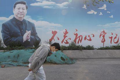 Un hombre pasa junto a un cartel que representa al presidente chino Xi Jinping en Pekín (China), el pasado 02 de junio.