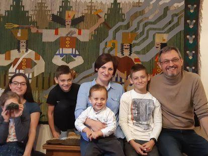 Los Korpowski en su casa de Varsovia. Agnieszka y Tomasz, los padres, defienden el modelo de familia tradicional polaca y católica.
