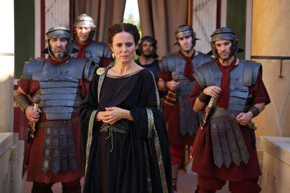 Aitana Sánchez Gijón, caracterizada como Julia Mesa en la serie 'El corazón del Imperio'.