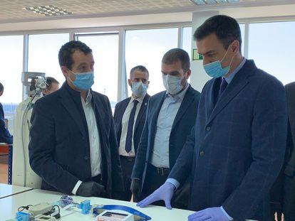 De izquierda a derecha, Ángel Escribano, consejero delegado de Escribano; Javier Escribano, presidente de la compañía; y Pedro Sánchez, presidente del Gobierno, durante la visita este viernes a la sede de Hersill en Móstoles (Madrid)