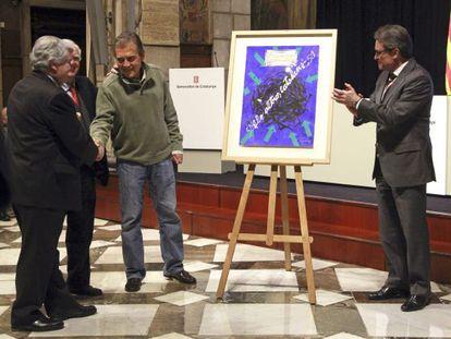 Viladecans, felicitado por Baltà, presidente de la Fundación Paco Candel, ante el aplauso de Mas.