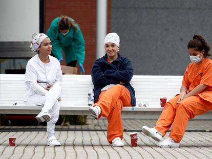 Momento de descanso para compartir un café en el hospital de campaña provisional instalado en Ifema (Madrid).