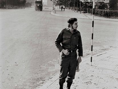 La icónica imagen del Che Guevara captada por César Lucas en Madrid en 1959. En vídeo, el fotógrafo selecciona y explica cinco instantáneas que han marcado su trayectoria profesional.