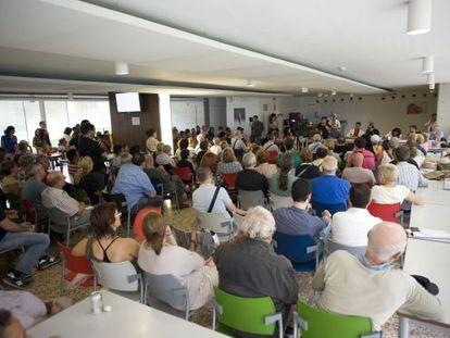 Centenares de personas ayer en la multitudinaria asamblea del hospital de Bellvitge.
