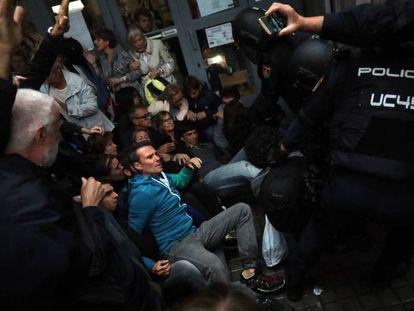 Agentes de la Policia Nacional desalojan el instituto Jaume Balmes, en Barcelona.