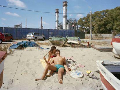 La pareja de jóvenes besándose que Txema Salvans fotografió para su serie 'Perfect day' junto a la petrolera de Gibraltar-San Roque.