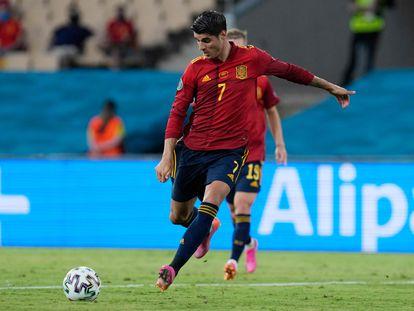 Morata dispara a puerta durante el España-Suecia disputado el pasado lunes en el estadio sevillano de La Cartuja. (Photo by THANASSIS STAVRAKIS / POOL / AFP)