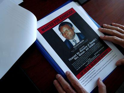 Cartel que anunciaba una recompensa por el paradero del empresario Félicien Kabuga, acusado de participar en el genocidio de Ruanda, en la sede de la Gendarmería francesa de París, el pasado mayo.