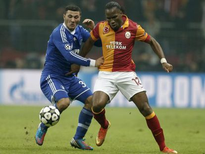 Drogba pelea el balón con Sead Kolasinac.