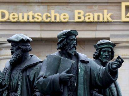 Una estatua ante el logo de una oficina de Deutsche Bank en Fráncfort (Alemania).