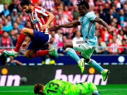 En foto, el portero del Celta Rubén Blanco para el balón junto a su compañero Joseph Aidoo (D) y a Diego Costa. En vídeo, declaraciones de Simeone tras el partido.