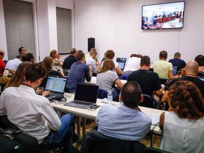 Periodistas en la sala de prensa habilitada por la Audiencia de Almería.