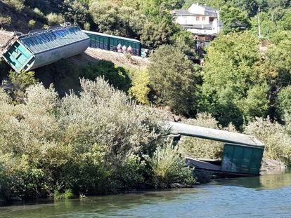 Los dos vagones arrojados al río Sil a su paso por Carballeda (Ourense).