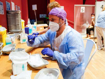 Un trabajador sanitario prepara la primera dosis de la vacuna contra la covid-19 en el Hospital Severo Ochoa de Leganés, Madrid.