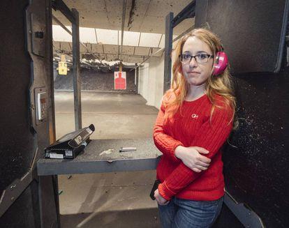 Gabriella Hoffman, de 26 años, este invierno en la galería de tiro a la que suele acudir a practicar en Virginia.