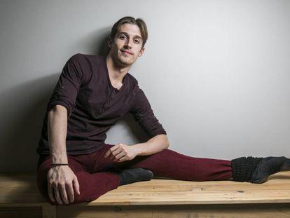 David Navarro Yudes bailarin del Royal Ballet fotografiado en la cafeteria del Teatro Real