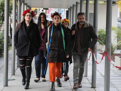 Carlota Canoas y Ana Urbina, activistas de Femem, en el juicio que se sigue contra ellas por encadenarse en un crucifijo de La Almudena.